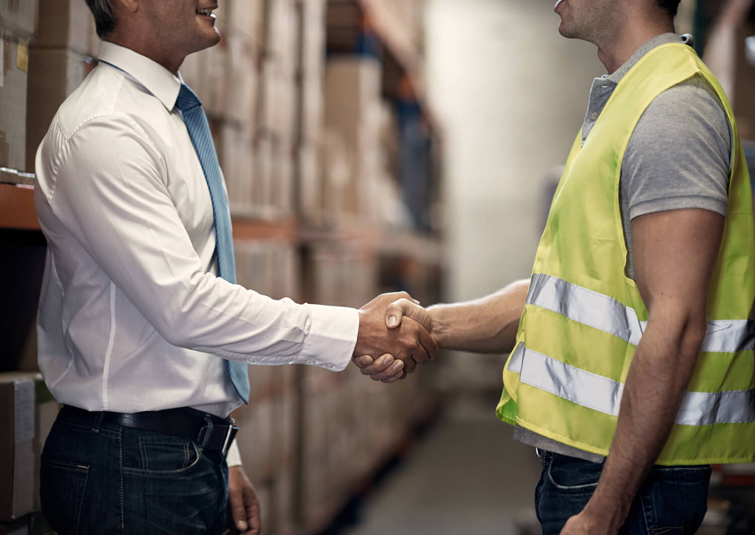 Cropped shot of two men shaking hands in a large warehousehttp://195.154.178.81/DATA/i_collage/pu/shoots/806170.jpg